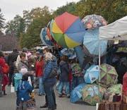 Am Warenmarkt an der Bahnhofstrasse wird den Besuchern ein breitgefächertes Angebot präsentiert.