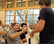 Eine Stimmenzählerin sammelt die Zettel für den Entscheid über die Einbürgerung ein. (Bild: Stefan Hilzinger)