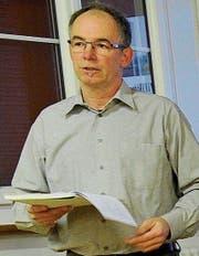 Pfleger Bruno Holzknecht erläutert das Budget. (Bild: Rudolf Steiner)