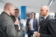 Alain Berset (rechts) mit Ostschweiz-Ressortleiter Andri Rostetter, dem publizistischen Leiter Pascal Hollenstein und Blattmacher Jürg Ackermann. (Bild: Ralph Ribi (Ralph Ribi))