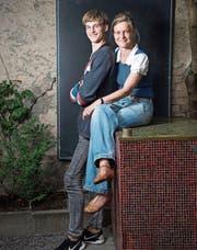 Der Jungfilmer Jurek Edel und seine Mutter, Fotokünstlerin und Theaterfotografin Tine Edel. (Bild: Ralph Ribi)