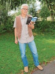 Daniel Badraun mit seinem neuen Buch. (Bild: Therese Schurter)