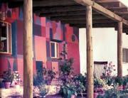 Das Girard-Haus in Santa Fe in einer historischen Aufnahme. Die Wandbilder sind typisch für den Architekten. (Bild: pd)