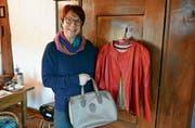 «Wybergant»-Organisatorin Kathlen Weber mit der Tasche und der Jacke, die sie gerne eintauschen möchte. (Bild: Monika Wick)