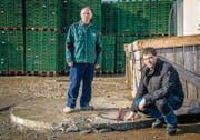 Hansjörg und Stefan Grob beim Bohrloch SLA2. Der Zugangsschacht ist mit Metallbügel und Vorhängeschloss gesichert. (Bild: Reto Martin)