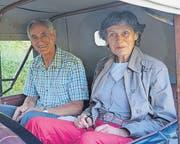 An ihrem letzten Arbeitstag wurden Ruedi und Anni Lieberherr mit einem Oldtimer zu Hause abgeholt und auf eine Reise geschickt. (Bild: pd)