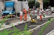 Sicherheitsmassnahme: Arbeiter errichten auf der Kradolfstrasse in Sulgen eine Fussgängerinsel. (Bild: Hannelore Bruderer)