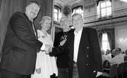 Glücklich pensioniert: Heini Bertschi und Renato Wullschleger (r.) nehmen Glückwünsche von Carlo Parolari und Elsbeth Aepli Stettler entgegen. (Bild: Brenda Zuckschwerdt)
