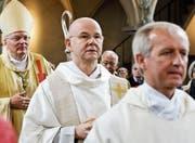 Der umstrittene Pfarradministrator Alois Jehle (Mitte) mit Erzbischof Thomas Edward Gullickson und Pater Jan Walentek. (Bild: Donato Caspari)