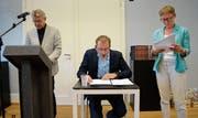 Schauspieler Markus Keller performt eine Rechtsquelle, während die Editoren Erich Trösch (links) und Doris Stöckly die erklärenden Kommentare dazu beisteuern. (Bild: Lukas Gerzner)