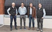 Die Mitglieder der neuen Geschäftsleitung, Christian Wolf, Thomas Cadonau und Fabian Brühwiler, mit Manfred Baumgartner (2. v. r.), ehemaliger Präsident des Maschinenrings Ostschweiz-Liechtenstein. (Bild: rsc)