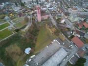 Auf der grünen Wiese neben der evangelischen Kirche, dort wo auch die Villa Zangger steht, soll ein Kirchgemeindezentrum gebaut werden. (Bild: PD)