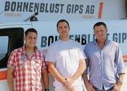 Der «Neue», Bauleiter Michael Huber (l.), und Inhaber Wolfgang Steiger (r.) mit Vorarbeiter Silas Höhener. (Bild: Alessia Pagani)