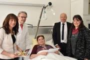 Patientin Barbara Beck aus Vaduz freute sich am Sonntag über den Besuch von Heidi Hanselmann, Dr. Diego De Lorenzi, Dr. Jochen Steinbrenner und Kerstin Härtl (von links). (Bild: Nadine Schwizer)