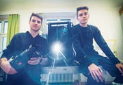 Raphael Kunz und Oliver Schümperli (r.) bauen den Beamer für die Tonlichtschau auf. (Bild: Andrea Stalder)