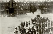"""Diese Fotografie wurde zum Symbolbild der Revolution. Sie stammt allerdings nicht vom historischen Ereignis, sondern von der theatralen Nachstellung für Sergej Eisensteins Film """"Oktober"""". (Bild: Heritage Images)"""