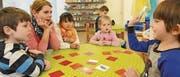Leiterin Mirjam Warger spielt mit den Kindern der Sprachspielgruppe ein Memory-Spiel. (Bild: Manuel Nagel)