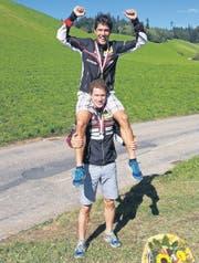 Sieger Martin Hubmann wird von seinem zweitklassierten Bruder Daniel auf die Schultern gehoben. (Bild: Urs Schönenberger)