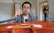 Yojiro Hamasaki repariert in seiner Werkstatt Celli, Bratschen, Geigen und Gitarren. (Bild: Mirjam Bächtold)
