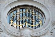 Oberhalb der alten Eingangstüre ist der Stifter des «Schpitools», Paravizin Hilty, in goldenen Lettern verewigt. (Bild: Katharina Rutz)