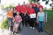 Das Brunch-OK der Feuerwehr Müllheim-Pfyn übergibt den Check an Vertreter des Wohnheims Stiftung Lerchenhof. (Bild: Marlies Kunz)