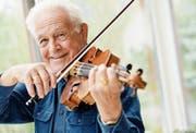 Walter Schönbächler übt jeden Tag mindestens eine Stunde auf seiner Violine. (Bild: Donato Caspari)