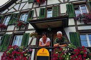 Wirtin Pia Glättli und ihr Nachbar Walo Münger vor dem «Bären», der auch heute noch ein wichtiger Dorftreffpunkt ist. (Bilder: Nana do Carmo)