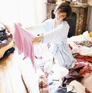 Laut der Expertin Kondo beginnt das Ausmisten beim Kleiderschrank, dann folgen Bücher, Papiere, Kleinkram und Erinnerungsstücke. (Bild: Getty)