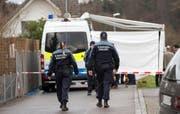 Polizisten an jener Strasse in Rupperswil, wo sich die Bluttat ereignete. (Bild: PATRICK B. KRAEMER (KEYSTONE))