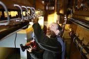 Orgelbauer Matthias Hugentobler arbeitet in einem Raum unterhalb der Orgel-Pfeifen an Renovationsarbeiten. (Bild: Jolanda Riedener)