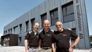 Markus Burkard, Andreas Schmidt und Roger Mussoi sind die drei Aktionäre der Strässle Installationen AG und stolz auf die grösste Blaublech-Fassade des Landes, welche das neue Firmengebäude schmückt. (Bild: Manuel Nagel)