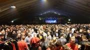 Blick in die Tennishalle von Unterwasser, wo Rechtsextreme an einem Konzert feierten. (Bild: Antifa Bern)