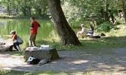 Jugendliche lernen das Fischen am Wiler Stadtweier. (Bild: PD)
