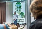 Wolfgang Giella vor einem Wahlplakat an einem Kennenlern-Apéro. (Bild: Jil Lohse (29. September 2017))