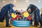 Vertreter der Stadt, Schule und des Pro-Komitees leeren gut gelaunt Wasser ins symbolische neue Bad. (Bild: Reto Martin)