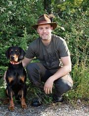 Jagdaufseher Michel Rosset ist zusammen mit seinem Hund Hamer, einer Slowakischen Schwarzwildbracke, unterwegs im Jagdrevier Sommeri. (Bild: Yvonne Aldrovandi-Schläpfer)