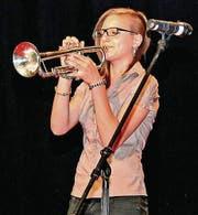 Jessica Galliker, Trompeterin und Sängerin aus Altenrhein, unterhält die gut tausend GV-Teilnehmenden. (Bild: Fritz Bichsel)