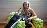 Jael Schwarz daheim auf ihrem selbergemachten Tennisballstuhl. (Bild: Maya Heizmann)