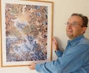 Künstler Herbert Ramsauer richtet eines seiner Bilder aus. (Bild: PD)