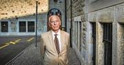 Pavel Hoffmann vor dem St. Galler Schulhaus Hadwig. Hier hat er nach seiner Rettung aus Theresienstadt 1945 einige Tage gelebt. (Bild: Urs Bucher)
