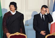 Empfang in Paris: Libyens Ex-Diktator Muammar al-Gaddafi zu Gast bei Nicolas Sarkozy. (Bild: Patrick Herzog/AP (Paris, 10. Dezember 2007))