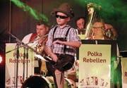 Bei der «Rotzlöffel-Polka» der Polka-Rebellen darf der kleine Lukas auf der Bühne nicht fehlen. (Bild: Peter Spirig)