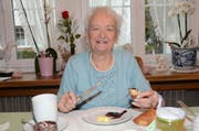 Ruth Gmünder liebt es auch mit 90 Jahren ausserordentlich, mit ihren Gästen gediegen zu «käfele» (Bild: Hanspeter Thurnherr)