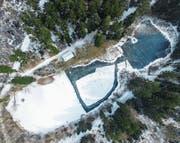 «Nomen est omen»: Der Aadorfer Eisweiher ist zugefroren, seine Eisschicht ist fünf bis acht Zentimeter dick. (Bild: Olaf Kühne)