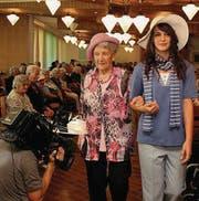 Mit Hut zeigen sich Anni Pfäffli (94) und die Auszubildende Vanessa Dönni. Heinz Bruggmann geht mit Wachhund Emma über den «Catwalk». (Bilder: Maya Heinzmann)