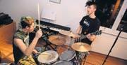 Flo Mühlebach (Schlagzeug) und Sven Ferstl (Gitarre) von der Band «Infected?» proben im Dachstock von Flos Eltern. (Bild: Nana do Carmo)