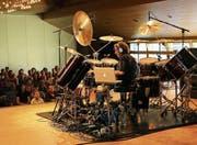 Hohe Temperaturen im Stadthofsaal: Schlagzeuger Simon Phillips heizte die Stimmung auf. (Bild: Res Lerch)