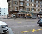 Auf der Rheinstrasse zwischen dem Büro Witzig auf der einen und dem Café Hirt auf der anderen Seite lassen sich die Überbleibsel des Fussgängerstreifens erkennen. (Bild: Christian Ruh)