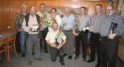 Die für ihre langjährige Vereinstreue geehrten Mitglieder des Jodlerklubs Sirnach präsentieren ihre Geschenke und Auszeichnungen. (Bild: pd)