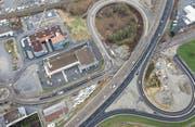 Autobahnknoten Buriet: Gut zu sehen sind die orangen Markerungen, die den Verkehr auf der Burietstrasse durch die Baustelle der Absenkung leiten. (Bild: Tino Dietsche)